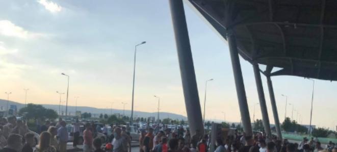 Mërgimtarët ia mësyjnë Kosovës  aeroporti mbushet plot